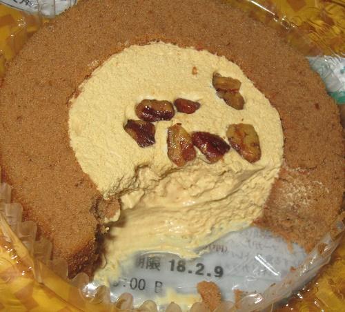 コンビニ-プレミアム塩キャラメルとナッツのロールケーキ