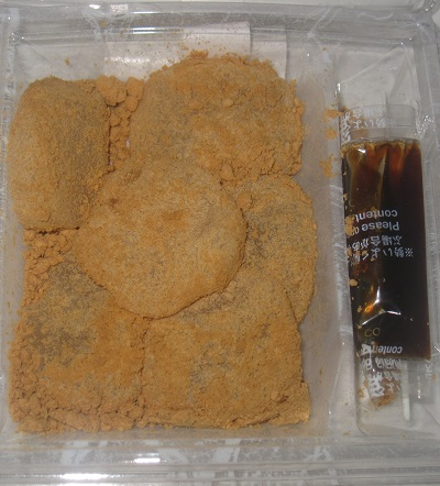 黒蜜をかけてつるり冷やしわらび餅
