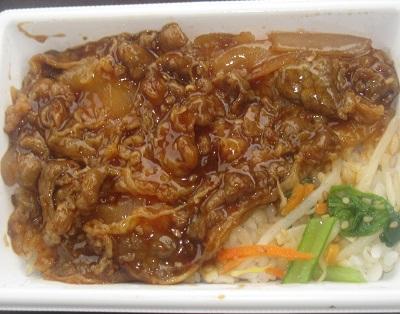 焼肉タレで炒めた牛焼肉めし(麦飯)
