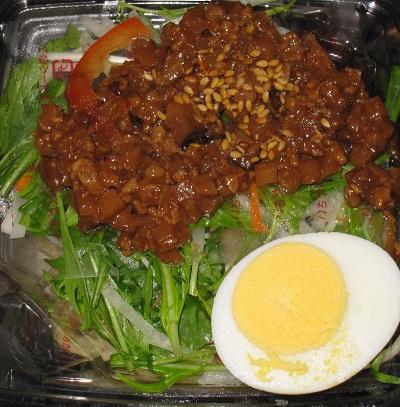 肉味噌と胡麻ドレッシングのパスタサラダ