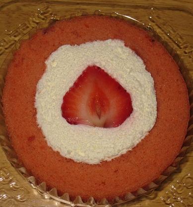 スプーンで食べるプレミアムあまおうのロールケーキ