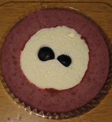 スプーンで食べるプレミアムブルーベリーとチーズのロールケーキ