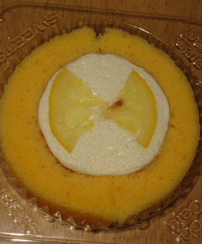 スプーンで食べるプレミアムレモンとレアチーズのロールケーキ