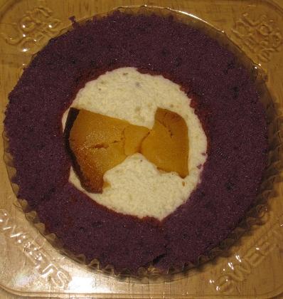 スプーンで食べるプレミアム芋三昧のロールケーキ