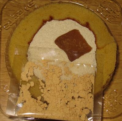 スプーンで食べるプレミアム黒みつとわらび餅のロールケーキ