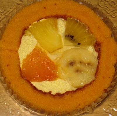 スプーンで食べるプレミアムトロピカルフルーツのロールケーキ