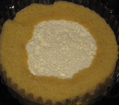 スプーンで食べるプレミアムブランのロールケーキ