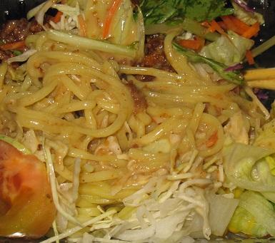 肉味噌とごまドレッシングのラーメンサラダ