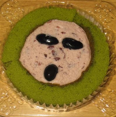 スプーンで食べるプレミアム黒豆と宇治抹茶のロールケーキ