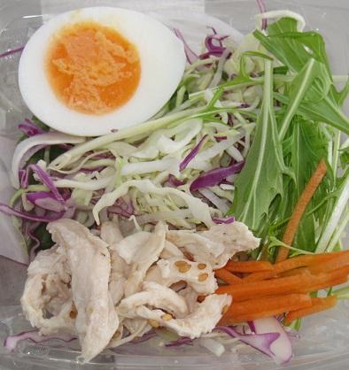 半熟玉子と蒸し鶏のサラダ