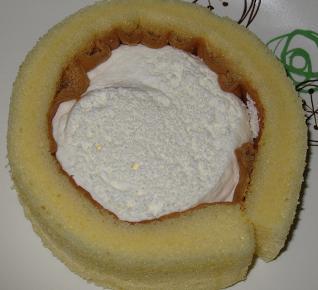 スプーンで食べるプレミアムロールケーキ