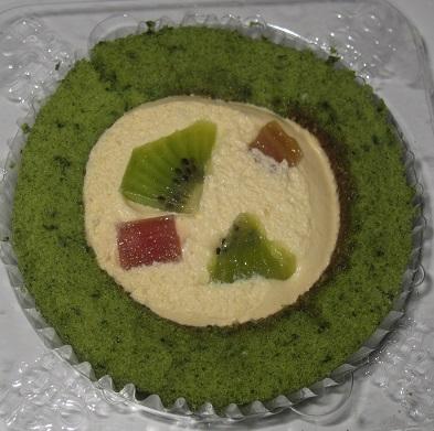 スプーンで食べるプレミアムグリーンスムージのロールケーキ(ルバーブ・キウイトッピング)