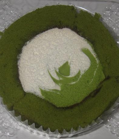 スプーンで食べるプレミアム宇治抹茶ミルクのロールケーキ