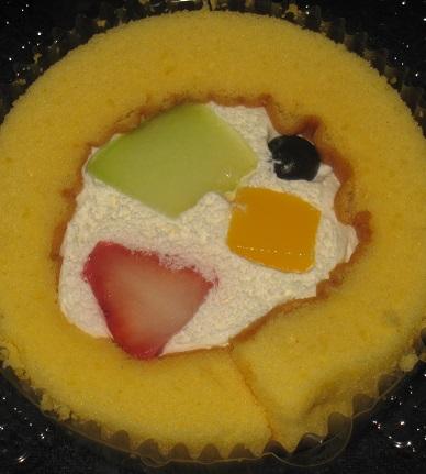 スプーンで食べるプレミアムロールケーキ(ミックスフルーツトッピング)