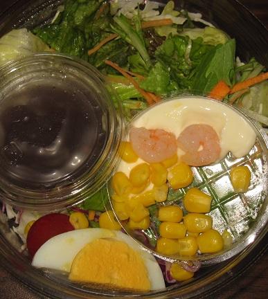 崩して食べるパリパリ麺のサラダ