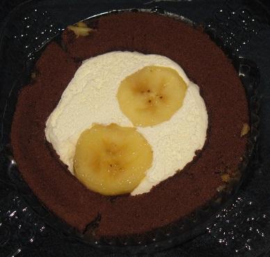 スプーンで食べるプレミアムバナナとチョコのロールケーキ