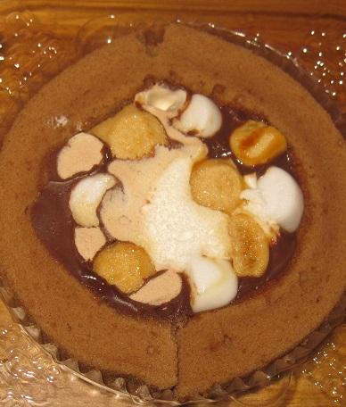 スプーンで食べるプレミアムチョコとマシュマロのロールケーキ